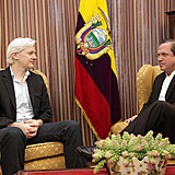 Assange se reúne com o chanceler equatoriano  Ricardo Patiño, na embaixada