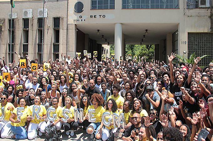 Estudantes negros da UFRGS fizeram uma foto coletiva no Dia da Consciência Negra