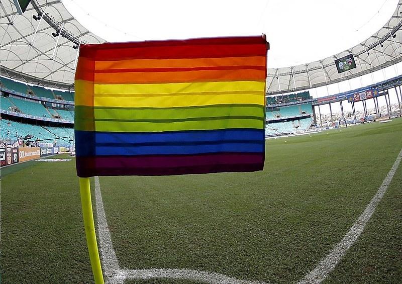 A integrante da Brigada Popular Alvirrubra fala sobre a importância dos clubes pautarem o combate à LGBTfobia