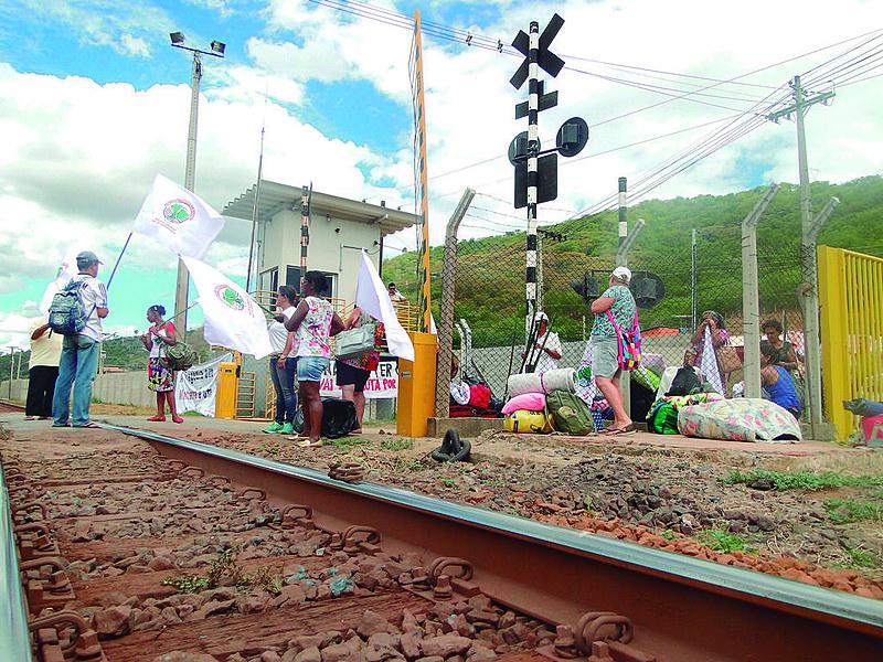 Os protestos aconteceram em março e abril deste ano, quando famílias das cidades de Belo Oriente (MG), Aimorés (MG) (foto) e Mascarenhas (ES) trancaram a ferrovia de minério da empresa Vale S.A.