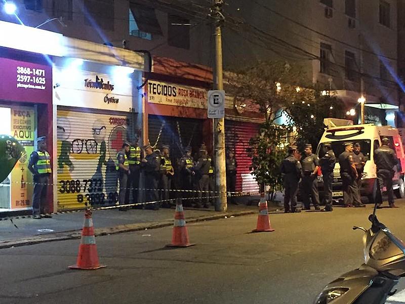 Registro de momentos após a polícia levar o corpo de Ricardo Nascimento no camburão