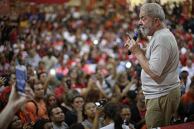 Lula speaks to supporters before his arrest; ex-president's defense will file appeals to keep him in the presidential race