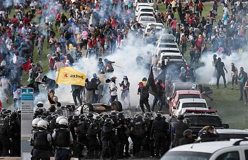Ação policial durante protesto contra a PEC 55 na última terça-feira (29) em frente ao Congresso Nacional