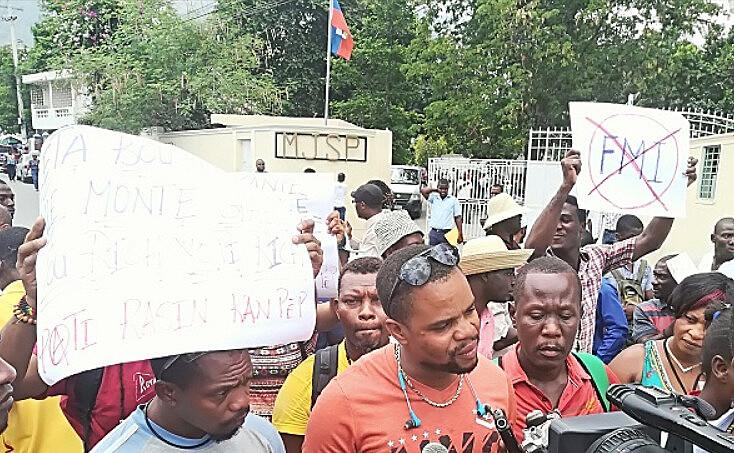 Por meio de cartazes, os manifestantes protestavam contra o FMI e o Banco Mundial