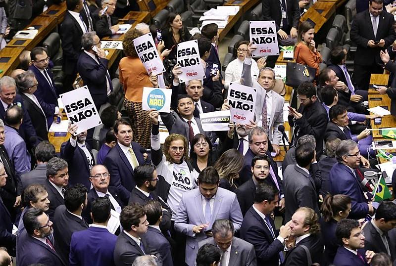 Plenário da Câmara dos Deputados votou texto da reforma da Previdência em clima eletrizante e sob protestos de opositores
