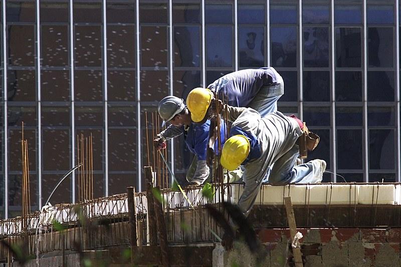 Trabalhadores da construção civil em obra em Brasília: mudança em normas aumenta risco de acidentes