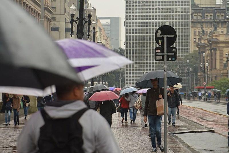 Saíamos andando por ruas do centro de São Paulo, cheias de gente a pé, e quando chovia ficava aquele mar de guarda-chuvas