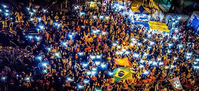 A Vigília Lula Livre reunida em frente à Polícia Federal em Curitiba pela libertação do presidente Lula