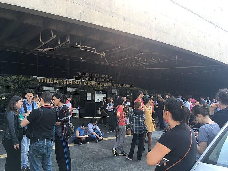 Ativistas, familiares e amigos aguardavam a decisão da Audiência de Custódia no Fórum Criminal Barra Funda, em São Paulo