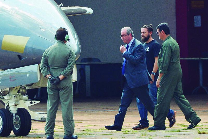 O pedido de prisão preventiva, emitido pelo juiz Sérgio Moro em primeira instância, decorre do processo que apura os crimes de corrupção e lavagem de dinheiro cometidos pelo político