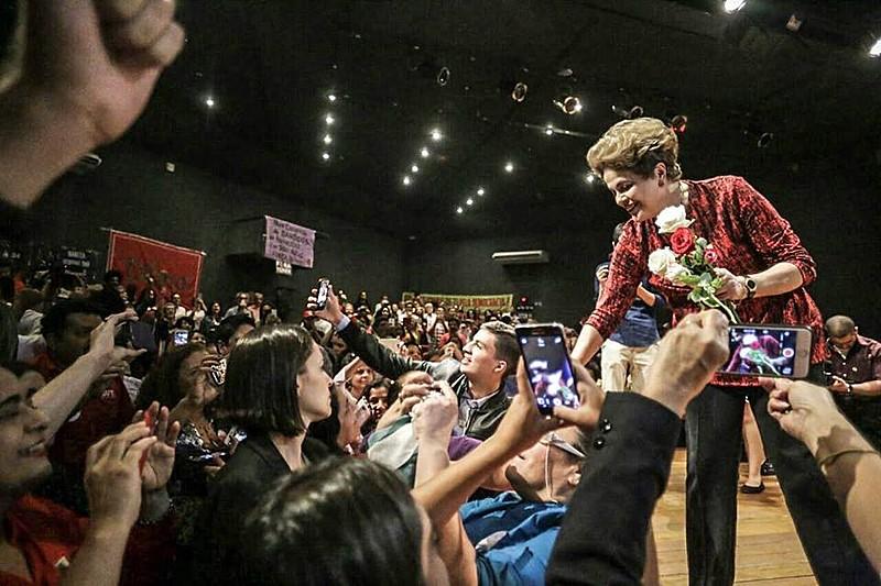 """Dilma recebe flores do grupo """"Rosas pela Democracia"""" durante ato em Brasília"""