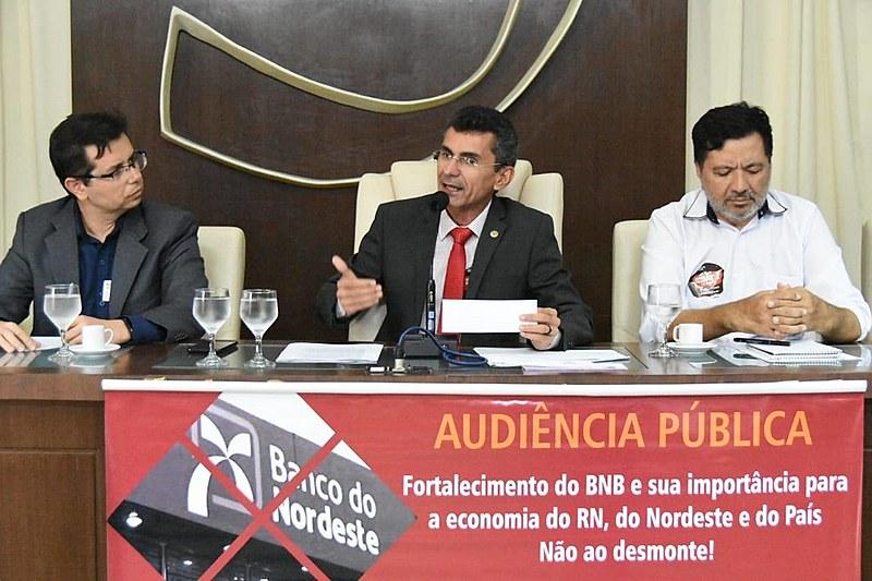 Robson Araújo (à esq.), do BNB, participou nesta terça-feira (20) de uma audiência pública promovida pelo deputado Francisco do PT (centro)