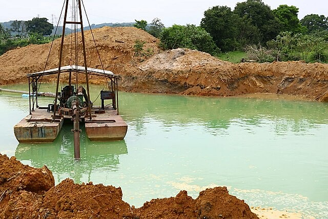 Máquinas voltaram a ser acionadas no sábado (13) por grupo que promove extração ilegal de areia em área do assentamento