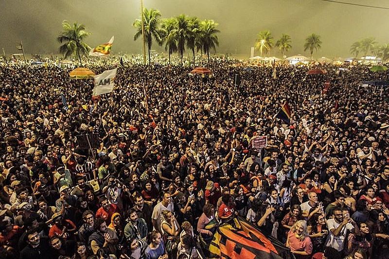 Mar de gente participa de ato por convocação de eleições diretas em Copacabana, no Rio de Janeiro