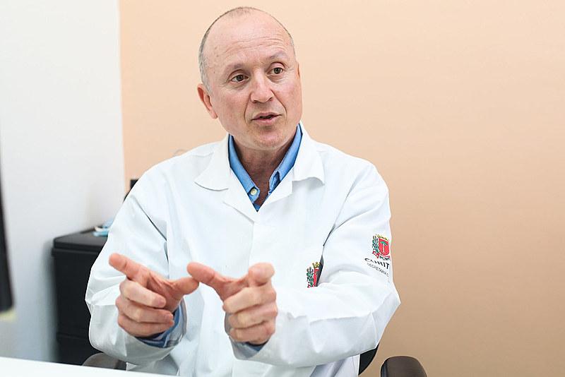 Jorge Luis González, médico cubano que atua na Unidade de Saúde São Miguel, localizada na Cidade Industrial de Curitiba (PR)