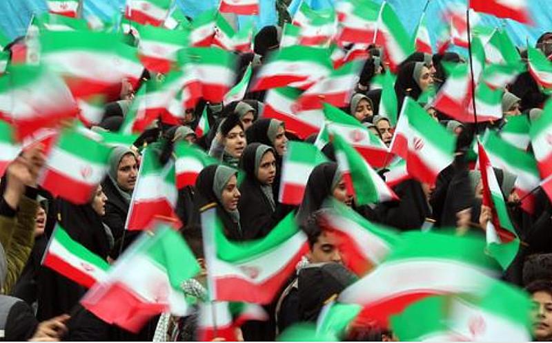 Ruas iranianas foram tomadas por mulheres usando chador, crianças com balões, homens de roupas escuras, milícias uniformizadas e clérigos