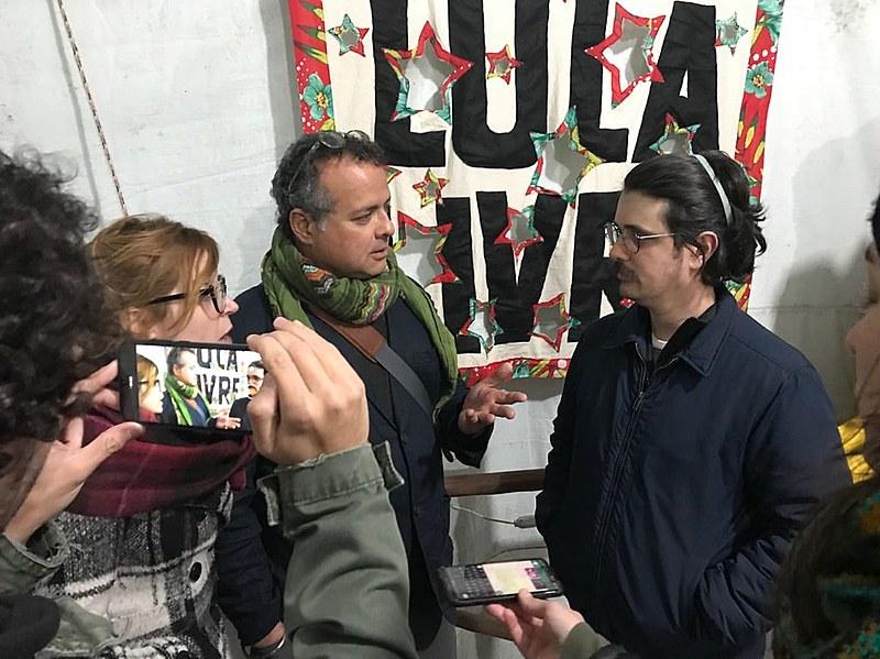 Vijay Prashad, ao centro, em entrevista na Vigília Lula Livre, espaço de resistência, segundo ele.