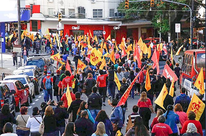 Manifestantes cobram dignidade aos educadores da rede estadual do Rio Grande do Sul