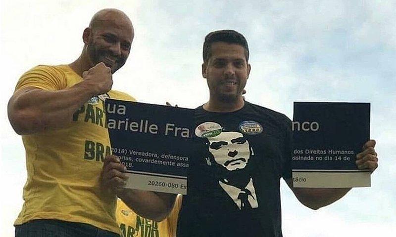 Rodrigo Amorim, à direita, quebrou placa em homenagem a Marielle Franco durante campanha eleitoral