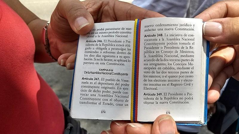 Constituição da República Bolivariana de bolso, exibida por mulheres durante a simulação da Assembleia Constituinte, em 16 de julho