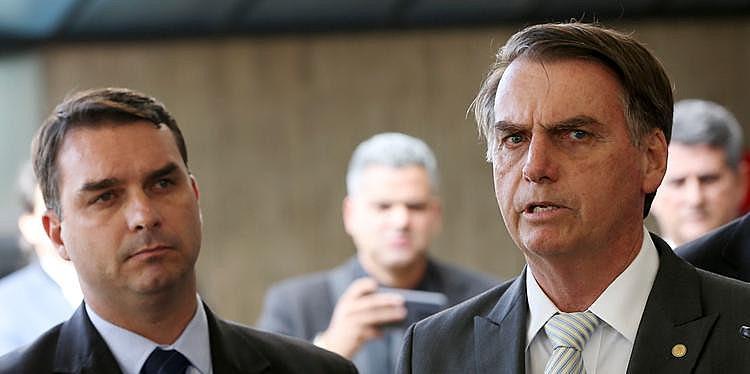 Bolsonaro ao lado do filho Flávio, senador pelo mesmo partido do pai, PSL