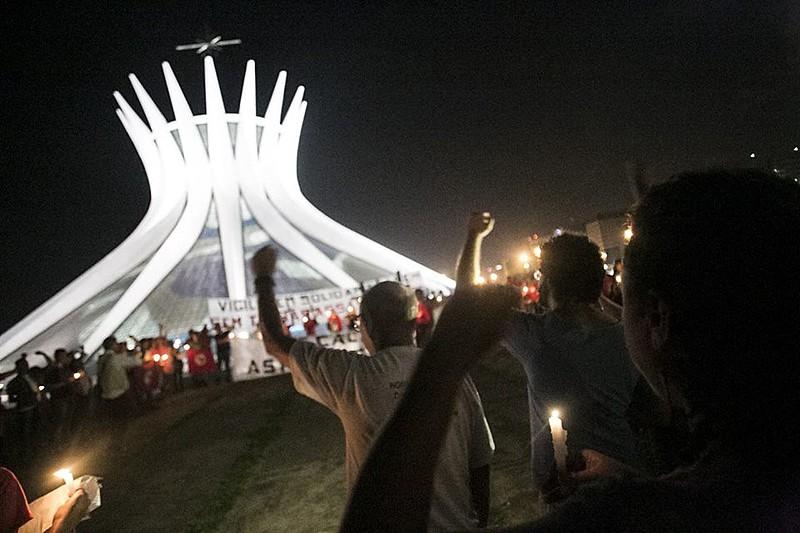 Integrantes da Frente Brasil Popular fizeram ato na Esplanada dos Ministérios