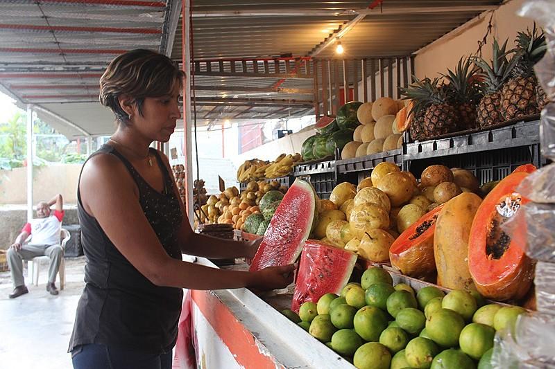 Para vencer a guerra econômica, a venezuelana Alexainer percorre todas as feiras da região buscando o melhor preço