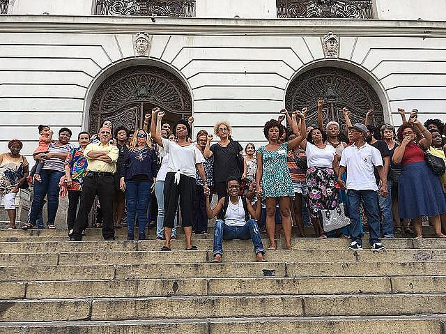 Após ter o espetáculo cancelado em cima da hora, roteirista, diretora, atriz e espectadoras protestam nos degraus da Câmara Municipal