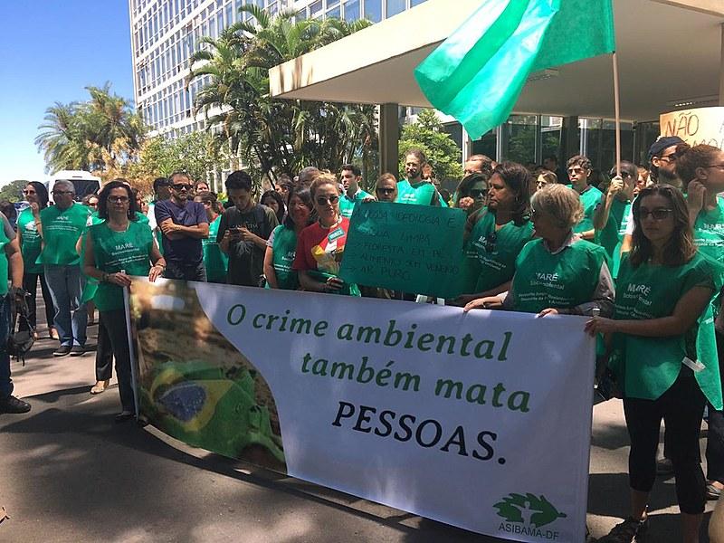 Servidores e outros manifestantes durante protesto contra medidas de Bolsonaro na sede do Ministério do Meio Ambiente, em Brasilia (DF)