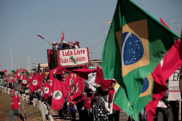 Milhares de pessoas foram às ruas de Brasília (DF) registrar a candidatura Lula a presidência da república