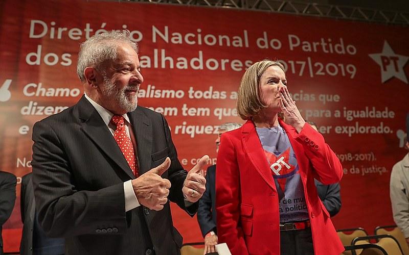 O ex-presidente Luís Inácio Lula da Silva e a nova presidenta do Partido dos Trabalhadores, Gleisi Hoffmann