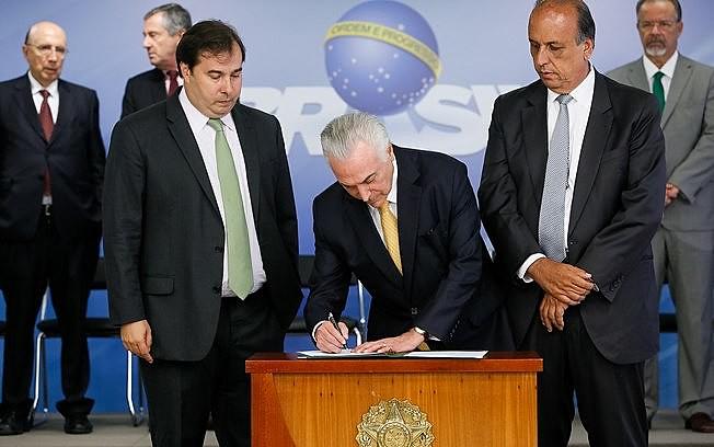 Decreto presidencial sobre intervenção militar no RJ foi assinado na tarde desta sexta (16), no Palácio do Planalto