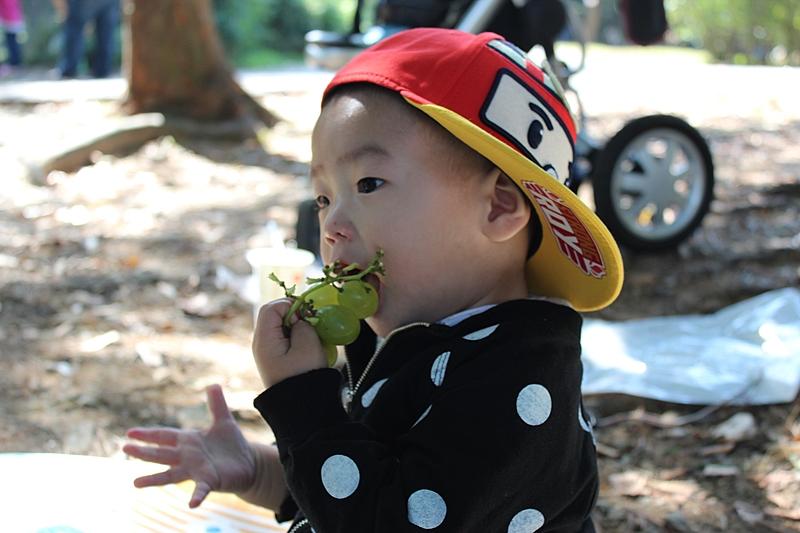garoto comendo