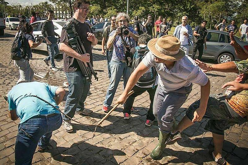 Um dos opositores agrediu a chicotadas estudantes e jornalistas que acompanhavam a caravana