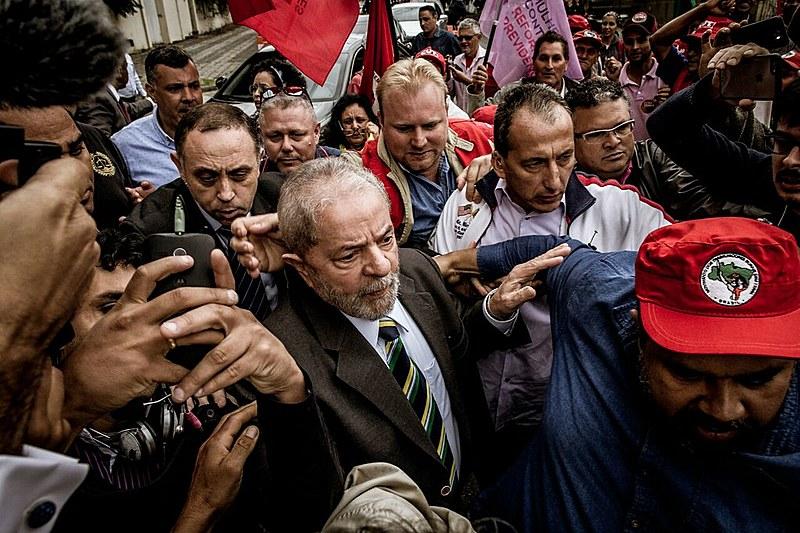 Ex-presidente Lula chegando ao prédio da Justiça Federal de Curitiba para depoimento