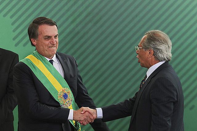 Jair Bolsonaro saluda al ministro de Hacienda, Paulo Guedes, durante su toma de posesión el último martes (1)