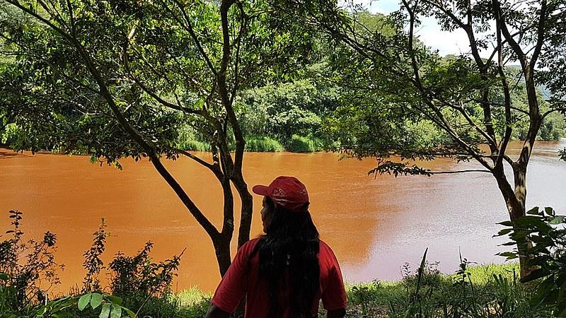 Acampada na região, Ângela Fernandes Costa observa com tristeza o rio Paraopeba contaminado