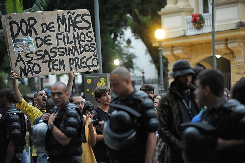 Protesto ocorrido no final do ano passado no RJ por conta da morte de cinco jovens