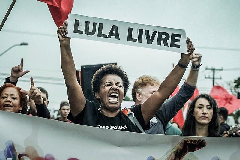 Cerca de 10 mil se reúnem em frente à sede da PF em Curitiba (PR) para pedirem a libertação do ex-presidente Lula