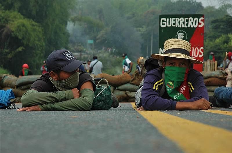 Manifestantes durante bloqueio de rodovias na Colômbia; ação faz parte da jornada de protestos, a Minga Social, realizada historicamente
