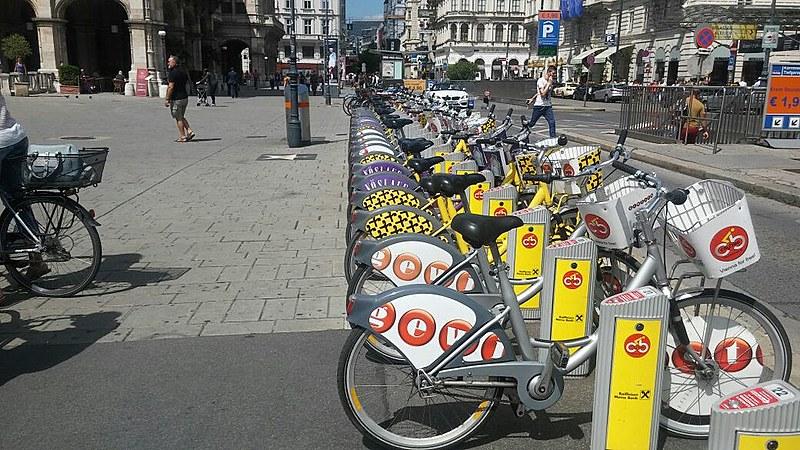 Na capital da Áustria, as bicicletas brilham pelas ruas, entre os carros e os bondes, modernamente conhecido como monotrilhos