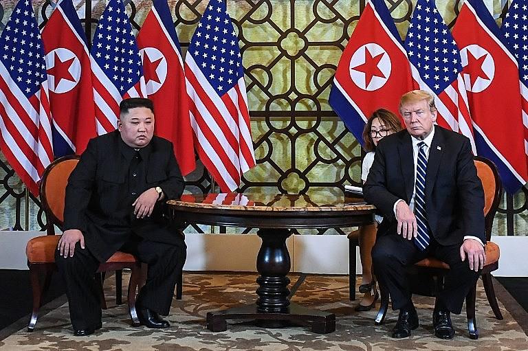 Presidentes dos EUA, Donald Trump (direita), e da Coreia do Norte, Kim Jong-un, se encontraram em Hanói nesta quinta-feira (28)