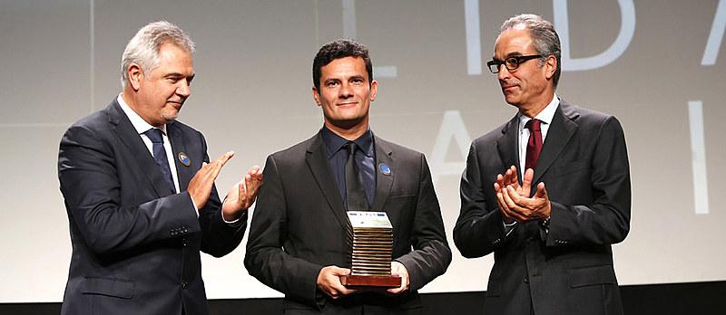 Em meio à Lava Jato, Moro recebe prêmio da Rede Globo