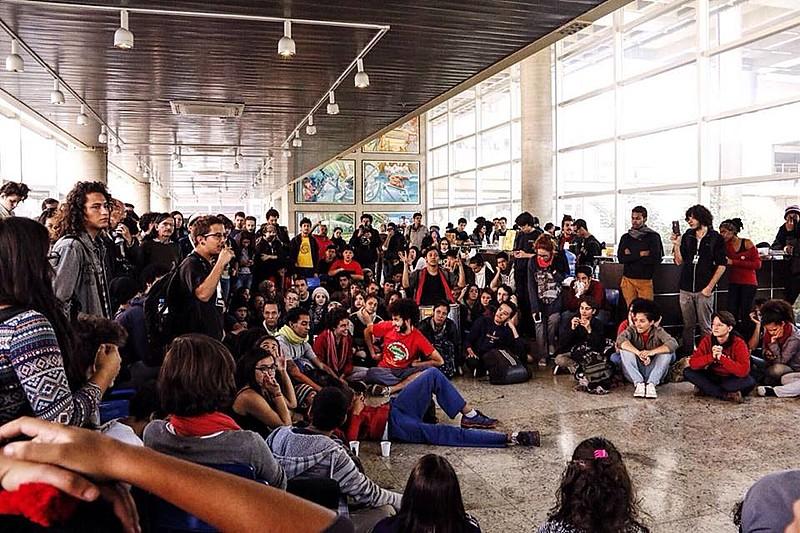 Alunos reunidos em assembleia na ocupação do Centro Paula Souza