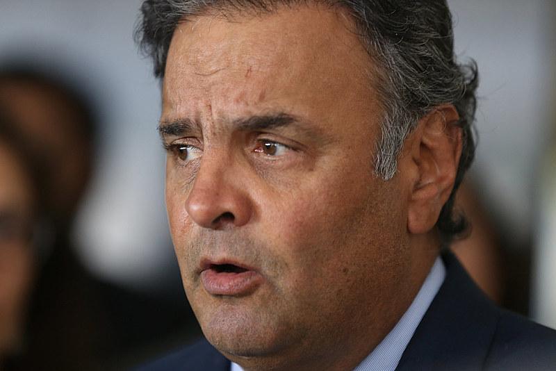 O senador afastado Aécio Neves (PSDB) é acusado de, junto com o presidente não eleito Michel Temer, dificultar as investigações da Lava Jato