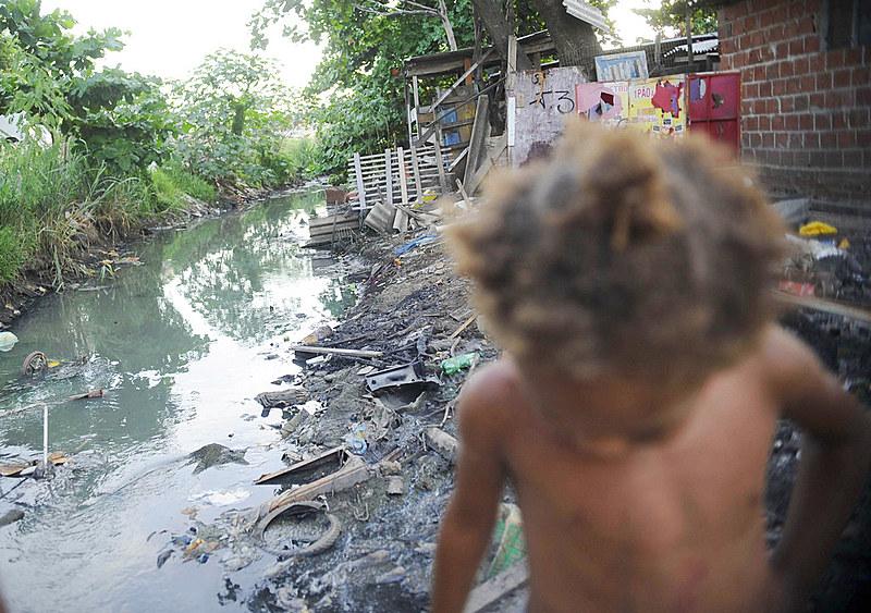 Quase metade da população brasileira não tem acesso à rede de esgoto.