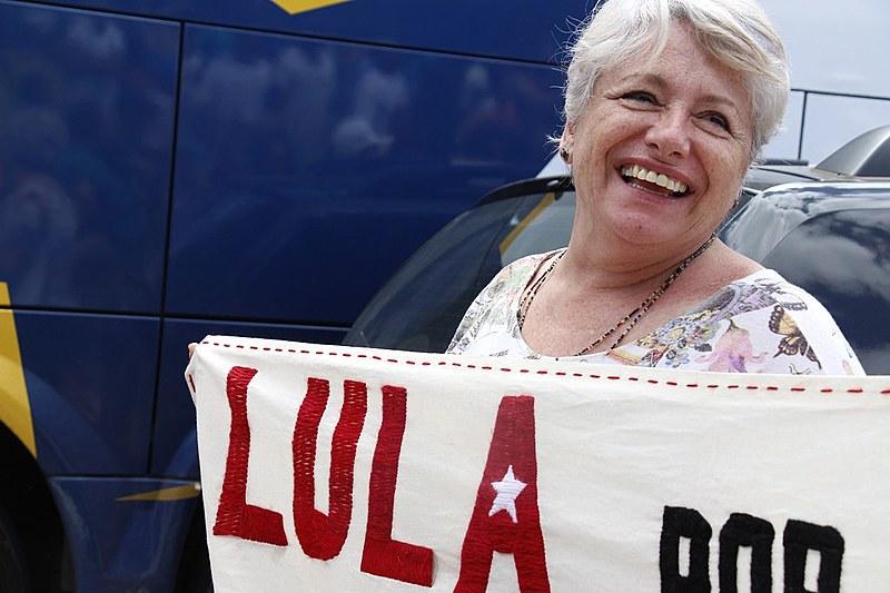 Isa Godoy é uma das bordadeiras do coletivo Linhas do Horizonte