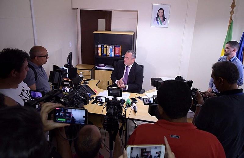 Ernani Batista, procurador geral do estado, anuncia ações do governo à imprensa
