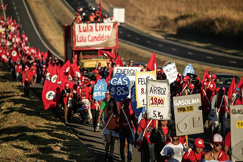 A marcha também serve para denunciar as violações da democracia protagonizadas pela própria justiça brasileira.