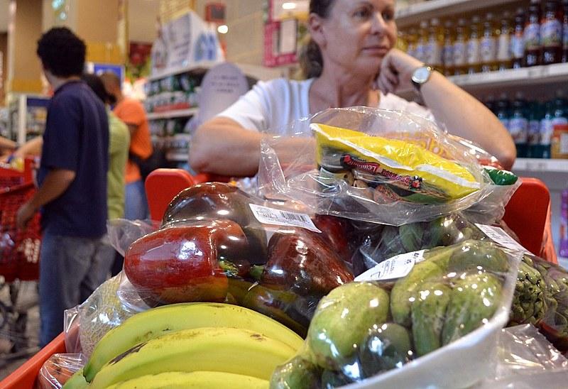 Em 12 meses, desde o início da pandemia, o preço dos alimentos subiu em média 15%, quase o triplo da inflação no período